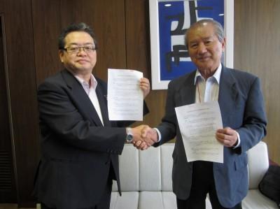 和歌山放送春秋会の丸橋強会長(写真右)と和歌山放送の中島章雄社長